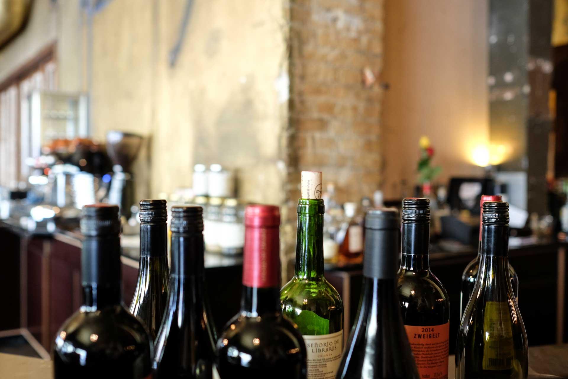 Geöffnete Flaschenweine