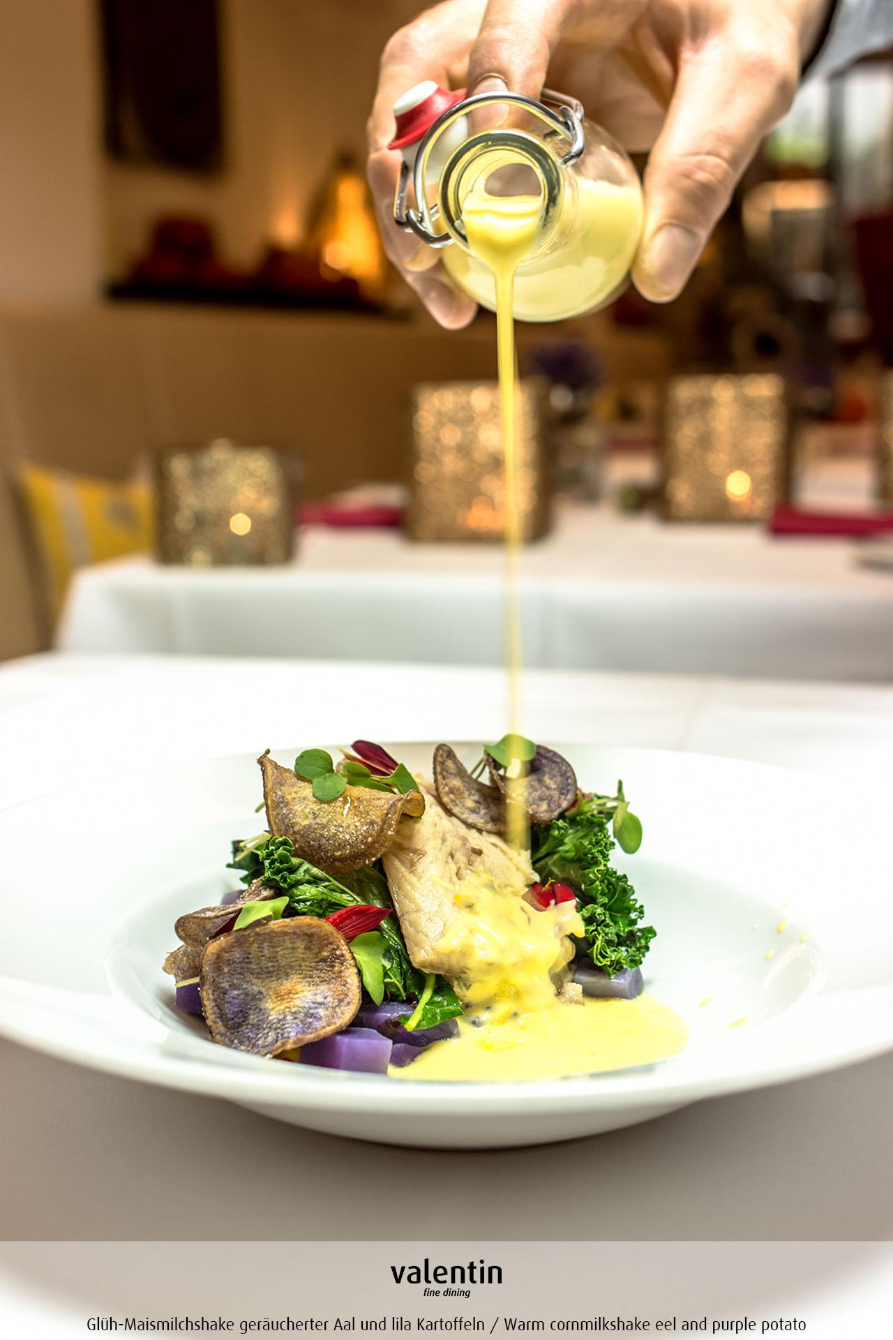 Glüh-Maismilchshake geräucherter Aal und lila Kartoffeln