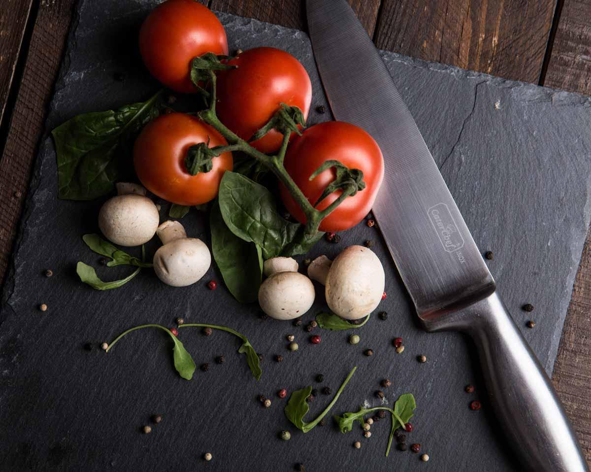 Tomaten und Pilze auf Brett